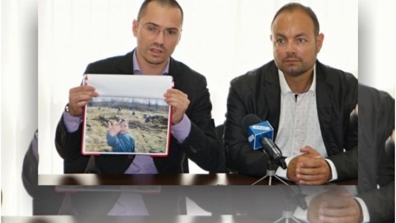Евродепутатът показва снимка от с. Градец, която според него илюстрира бъдещето на България Снимки: Topnovini.bg